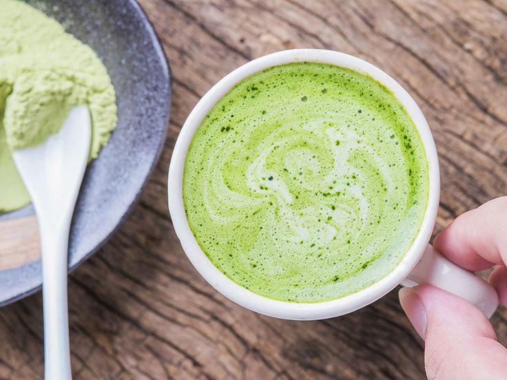 Für alle, die eine Alternative zu Latte Macchiato suchen, ist Matcha Latte genau das Richtige! Wir zeigen, wie die Zubereitung ganz ohne Matcha-Tee-Zubehör geling