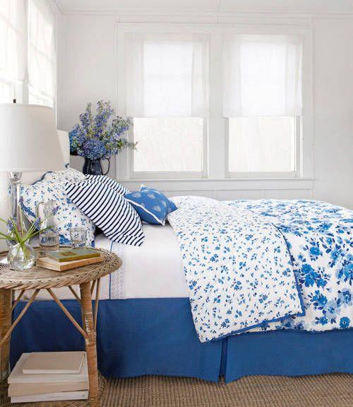 Copriletto e cuscini blu