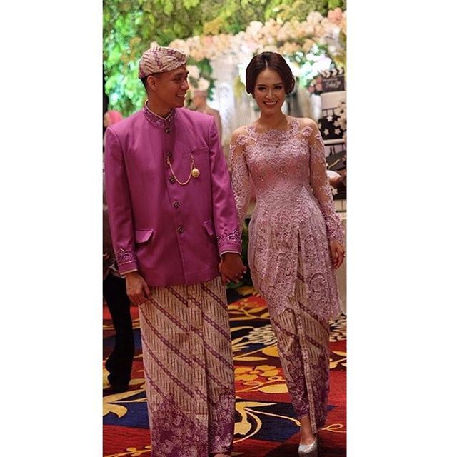 The colors, the #kebaya, the beautiful couple. What's not to love about this picture?  Regram from @senandung_nacita in @andhitasiswandi #kebayainspiration #Indonesia