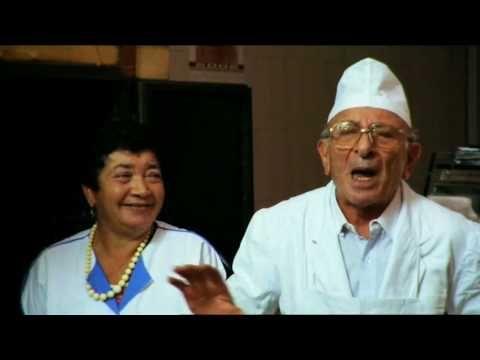 Focaccia Blues è la storia della piccola focacceria di Altamura che mise in crisi fino a far chiudere uno dei colossi dei fast food mondiali. Preparatevi alle atmosfere gastronomiche di #MyPugliaExperience con Focaccia Blues, il docufilm di Nico Cirasola (2009).