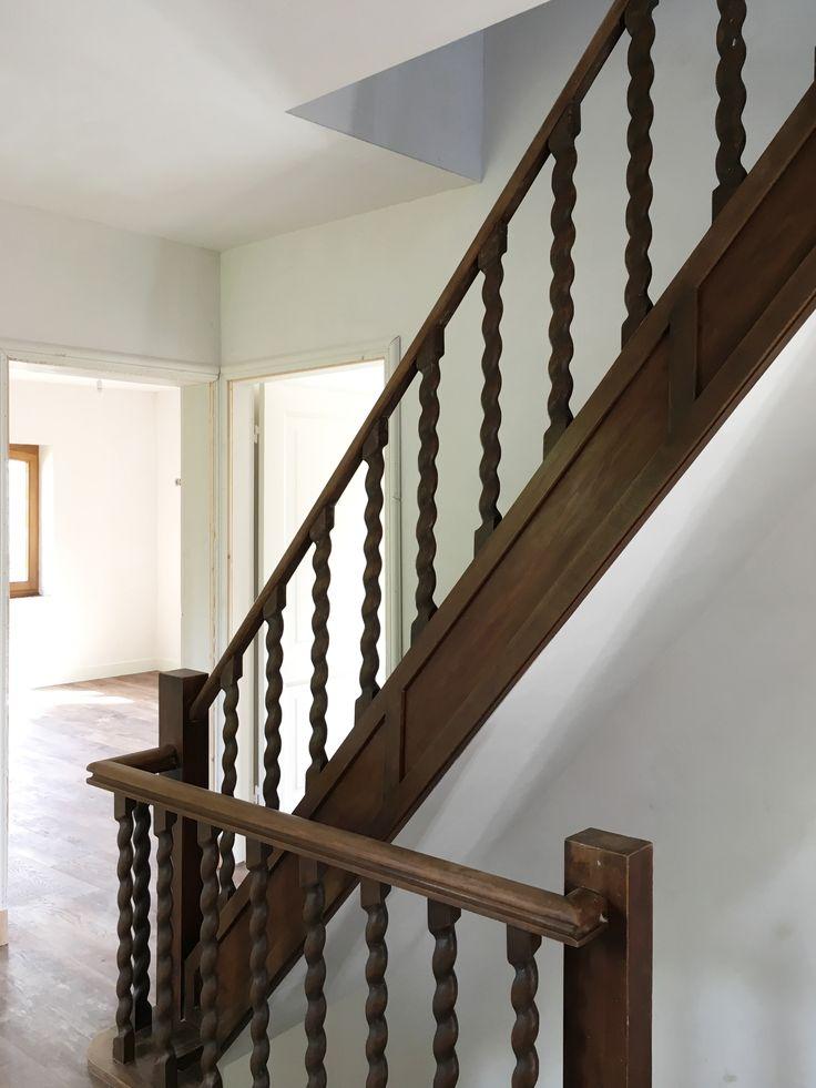 De oorspronkelijke trap is behouden, deze steekt nu mooi af tegen het nieuwe stucwerk en de wit geschilderde binnendeuren.  meer projecten: http://www.denieuwecontext.nl/
