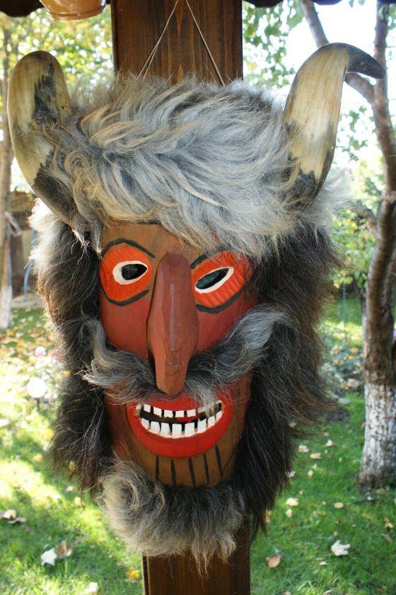 Masca populara traditionala cu blana si coarne, de pus pe cap