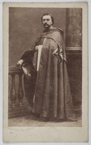 Portrait DObin Chanteur Lyrique A Lopera Portant Le Costume Dun Homme Deglise