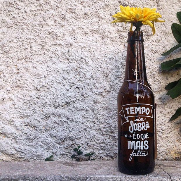 Projeto Letras Garrafais espalha gentileza através de garrafas cim frases tipográficas, pelas ruas de São Paulo;
