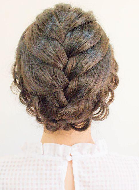 後ろに大きく編み込まれているのが印象的なアップスタイルです。後ろ髪がレースみたいに見えて素敵ですね。トップに小さなティアラをのせても良いですね。どんなドレスにもよく合うスタイルです。