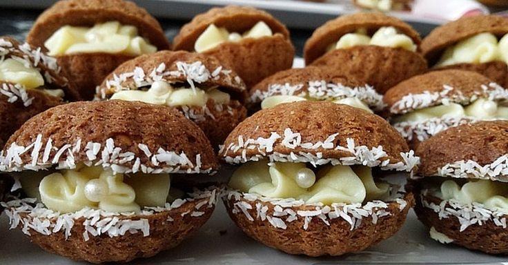 Křehké ořechové mušličky se žloutkovým krémem  - - -  Těsto: 180 g másla, 100 g moučkového cukru, 100 g mletých vlašských ořechů, 1 lžíce kakaa, 220 g hladké mouky.  - - -  Krém: 2 žloutky, 3 balení vanilkového cukru, 4 lžíce krupicového cukru, 3 lžíce hladké mouky, 125 ml mléka, 80 g másla.  3 lžíce likéru (volitelné).
