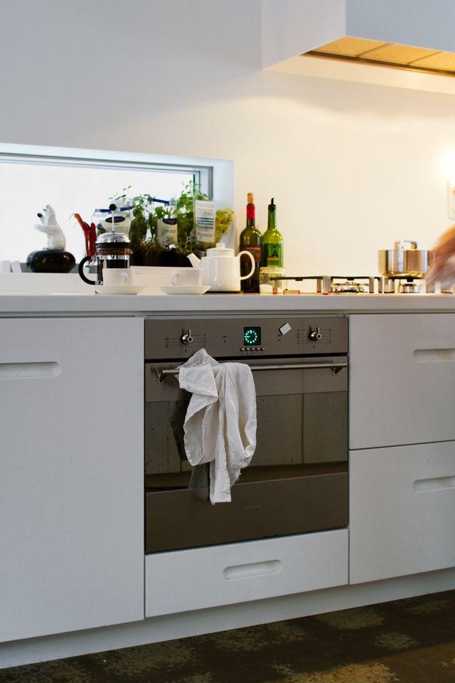 Ett kök helt utan överskåp, men med en väggyta ovanför diskbänken helt i corian. Detta är ett kök som tål det mesta. K2    Studio Ballingslöv.