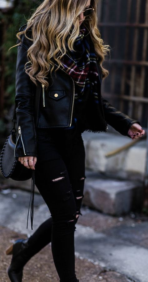 Ganz schwarzes Winteroutfit mit schwarzer Lederjacke, schwarzen Jeans im Used-Look