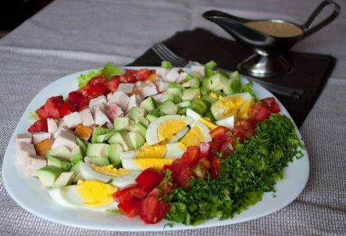 Салат с авокадо и копченой курицей
