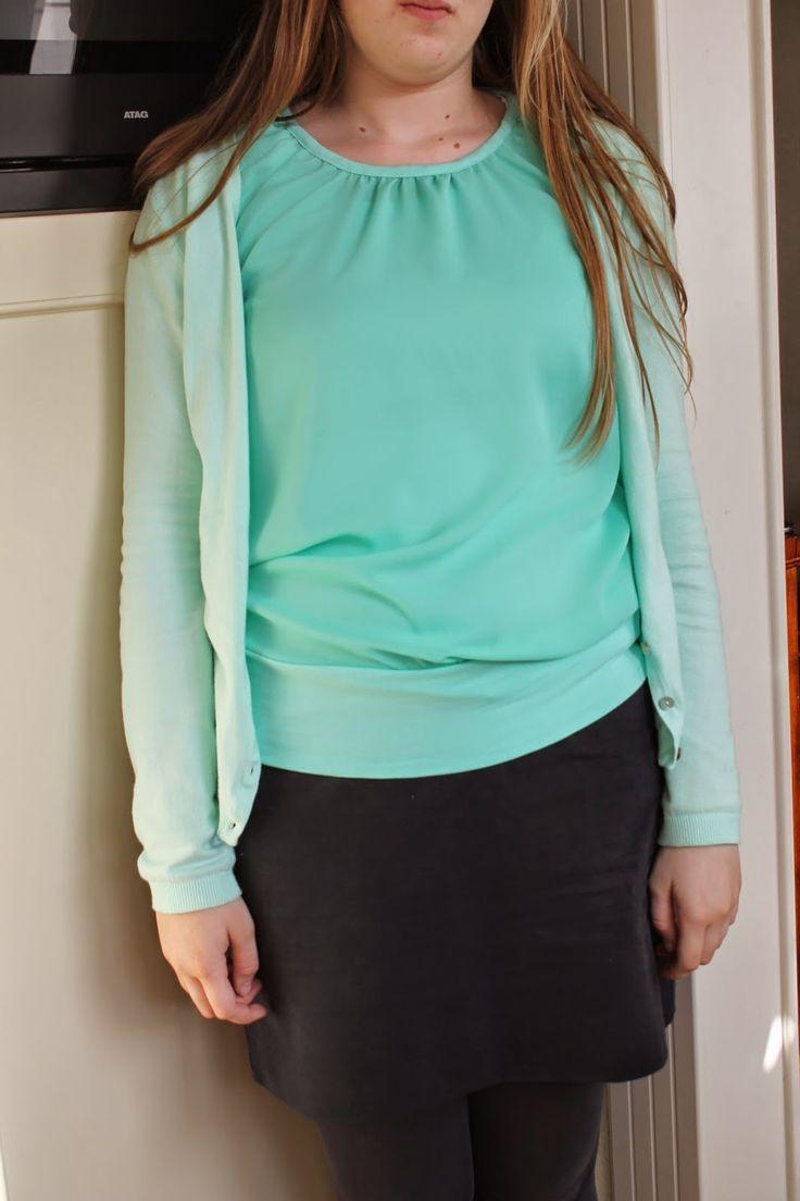 Mijn naaicreaties: frau Emma Dank Danielle voor het voorbeeld. Leuke top ; interessant om zien hoe je de halsuitsnijding veranderd hebt.