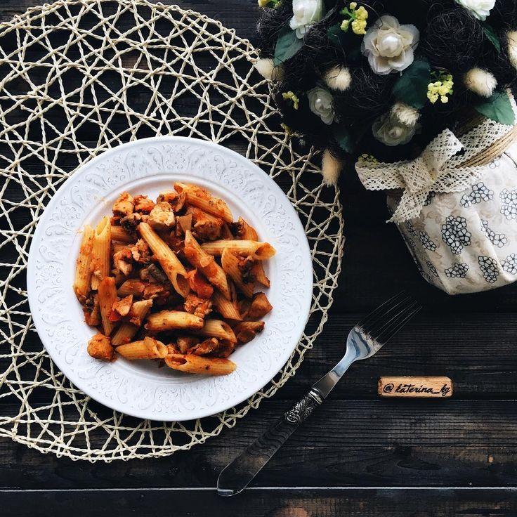 На обед, как вариант: макароны из твёрдых сортов пшеницы +  куриное филе + шампиньоны + морковь + красный перец + томатная паста = вкуснота