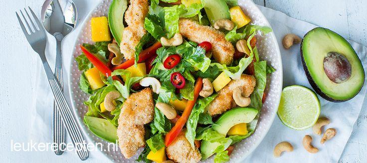Heerlijke zomerse salade van krokante kip in een kokos jasje met avocado en mango