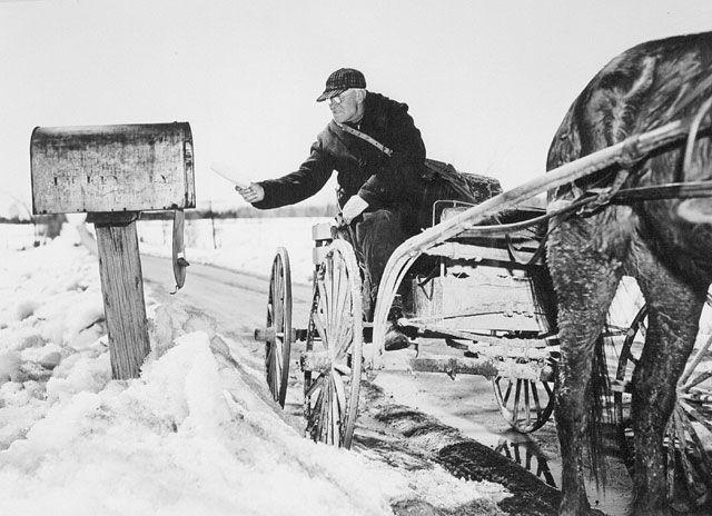 Le livreur, John Phillips d'Osgoode, en Ontario, distribue aux fermes le courrier en provenance du bureau de poste de Vernon, en Ontario (avril1947).  Chris Lund / Office national du film du Canada, collection Photothèque / Bibliothèque et Archives Canada / C-053545.