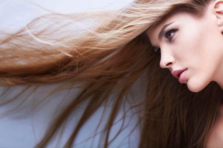 Recupera tu cabello con jengibre: elimina la caspa, da brillo, previene la caída del cabello y lo hace crecer más rápido, además de nutrirlo en profundidad. El jengibre es una planta de aroma y sabor picante típica del este de las Indias, que se utiliza para fines culinarios, medicinales y también dentro de la be