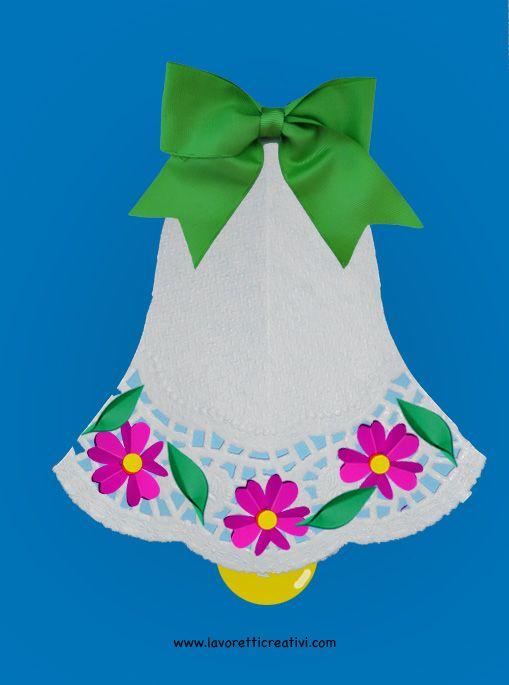 Biglietto a forma di campana con fiorellini di carta da regalare ai vostri cari il giorno di Pasqua. Materiale: centrino di carta nastrino cartoncini color