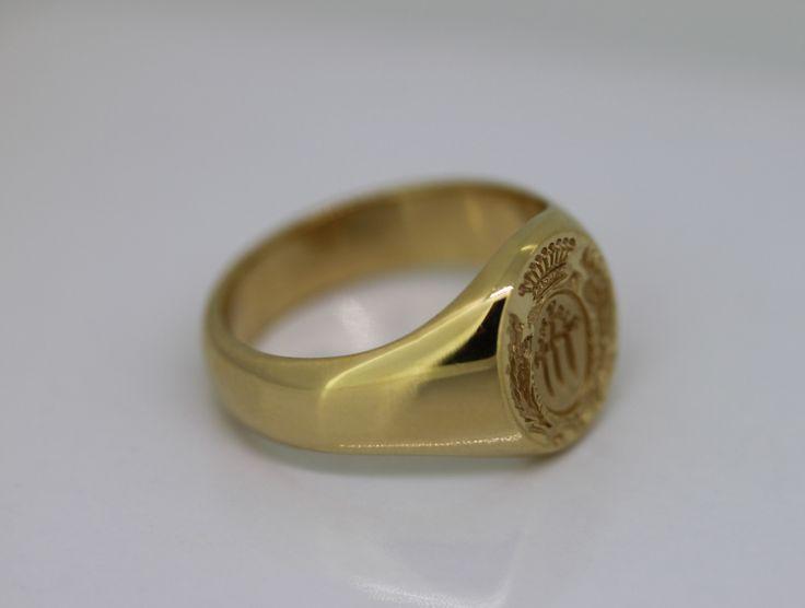 Chevalière en or avec blason gravé main pour l'une de nos clientes. Chevalières héraldiques disponibles chez www.e-bijouterie.com