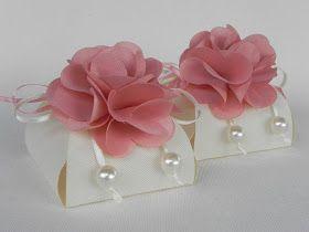 Embalagem: Caixinha com flor em cetim   Tecido: gorgurinho e cetim   Cor: gorgurinho palha, cetim rose