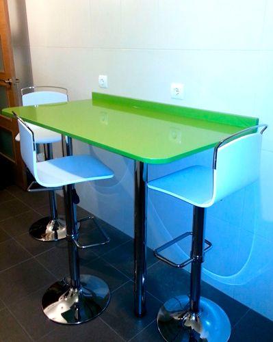 Mostrador en Silestone verde Fun y taburetes altos