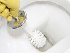 Misture suco de limão e bórax até formar uma pasta. 2Desligue a água e puxe a descarga do vaso sanitário até que o reservatório fique completamente vazio. 3Esfregue a mistura de bórax e suco de limão sobre os áreas com manchas amarelas em seu vaso sanitário úmido. Deixe-a assentar sobre a mancha por pelo menos duas horas,