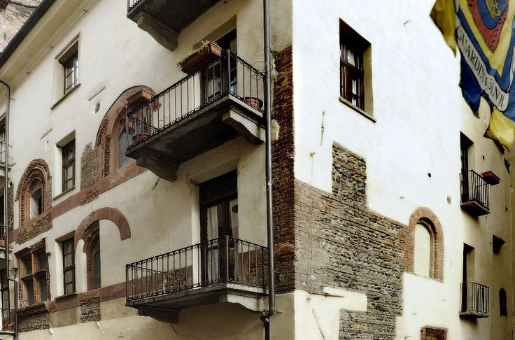 Belle maison médiévale (XIV s.) qui a été restaurée en gardant des éléments architecturaux en pierre et en briques. C'était la maison de la famille Romagnano.