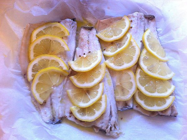 Filetti di branzino al microonde con limone e coriandolo