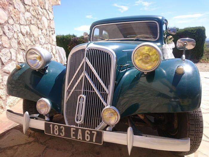 Citroën - tractie TA 11 B - 1952  Het voertuig heeft een Franse klassieke auto registratie met een geldige APK. Dit is een 11B model van 1952 die 116.407 km aangeeft. Het voertuig wordt gepresenteerd in een donker groene kleurstelling met een warme chocolade kleurig interieur. Het is gerestaureerd op een zeer goed onderhouden vanaf de productie basis en wordt vandaag gepresenteerd door de derde eigenaar. Mechanisch werkt het perfect en de auto heeft geprofiteerd van een modernere motor…
