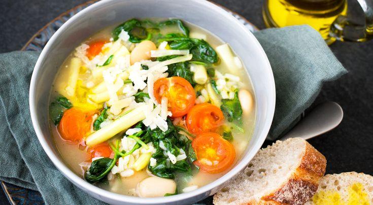 Recept på grön soppa med ris och parmesanost. Svenska grönsaker används här i en soppa med italienska smaker.