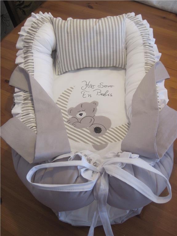 BABYNEST,med handtag, täcke,nappficka,kudde, hemsytt! på Tradera.com -