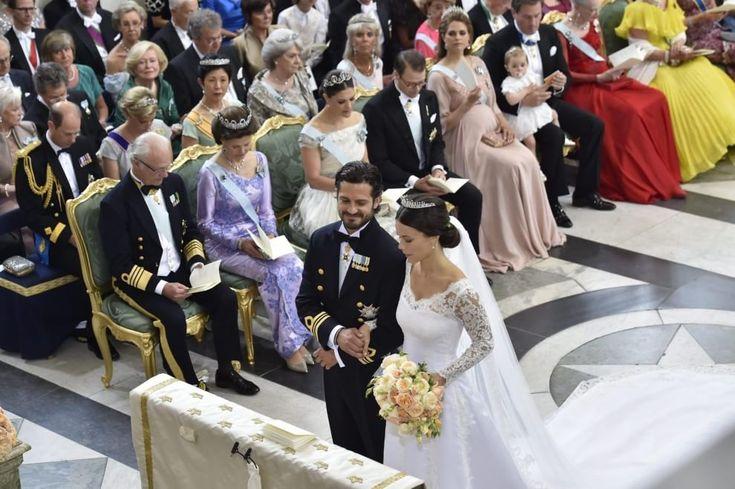 Matrimonio regale a Stoccolma fra il Principe Carl Philip di Svezia e la ex modella Sofia Hellqvist.La sposa ha optato per un classico e romantico abito bianco ed un semplice bouquet dai colori pastello.Cosa ne pensate? #wedding #weddingplanner #matrimonio #matrimoniopartystyle #bride #bridal