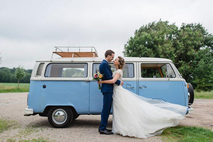 Trouwbusje Volkswagen T2 huren Friesland | Erik & Trynke | Fotografie door Anouk Wubs