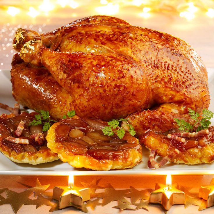 DINDE ROTIE & TATIN D'ECHALOTES (Pour 4 P : 1 dinde fermière de 3 kg • 1 carotte • 1 branche de céleri • 1 oignon • 30 cl de cidre brut • 20 cl de bouillon de volaille • 25 g de beurre • sel, poivre) (TATIN D'ECHALOTES : 1 rouleau de pâte feuilletée • 1 kg d'échalotes roses • 60 g d'allumettes de lard fumé • 3 c à s de vinaigre de cidre • 30 cl de cidre brut • 3 c à s de miel liquide • 50 g de beurre • sel, poivre)
