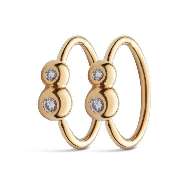 Små enkle øreringe med 2 indfattede ædelsten. Øreringene måler 9 mm. i diameter.  Sterlingsølv (925) belagt med 18 karat guld, blankt poleret finish.  Varenummer: 9067a