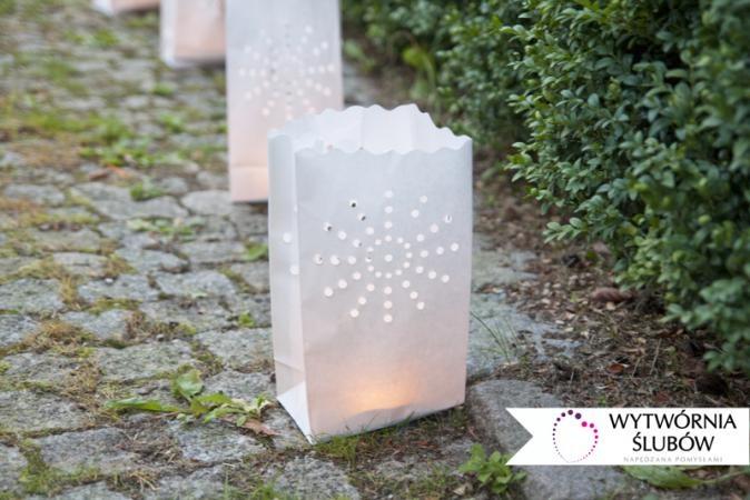 białe lampiony papierowe,świeczki, ślub w plenerze, dekoracje ślubne, paper latern, candles, outdoor wedding, wedding decoration,