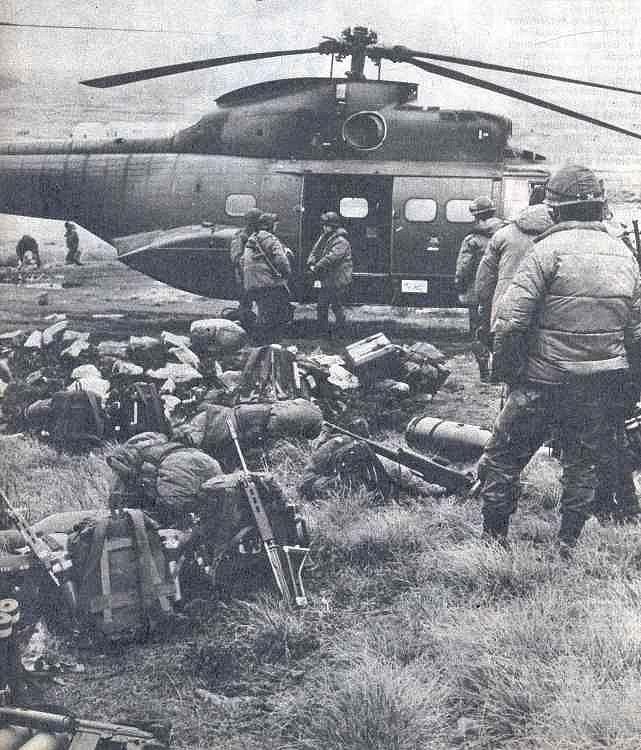 Tropas argentinas próximas a un helicóptero Puma