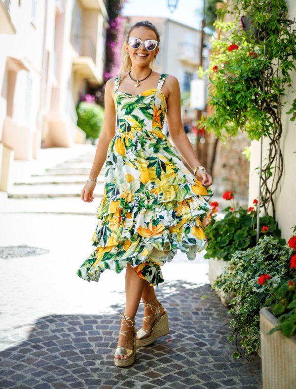 FARGERIK: Denne kjolen er faktisk et budsjettkupp fra H&M, og det skal mye til å ikke bli glad av det fargerike mønsteret! Artist Tallia Storm gjør den enda mer glamorøs med et par metalliske sko. Foto: Getty Images