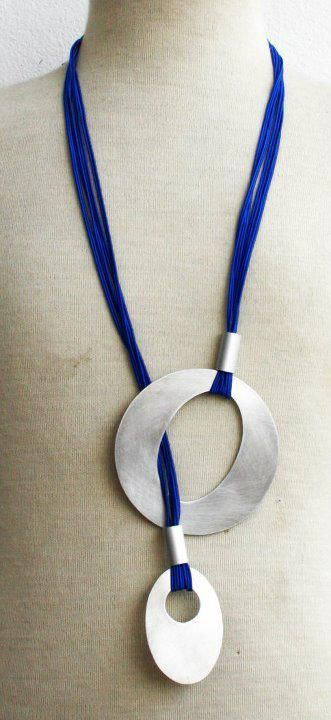 This would make such a simple and striking necklace. By Colares + Soma