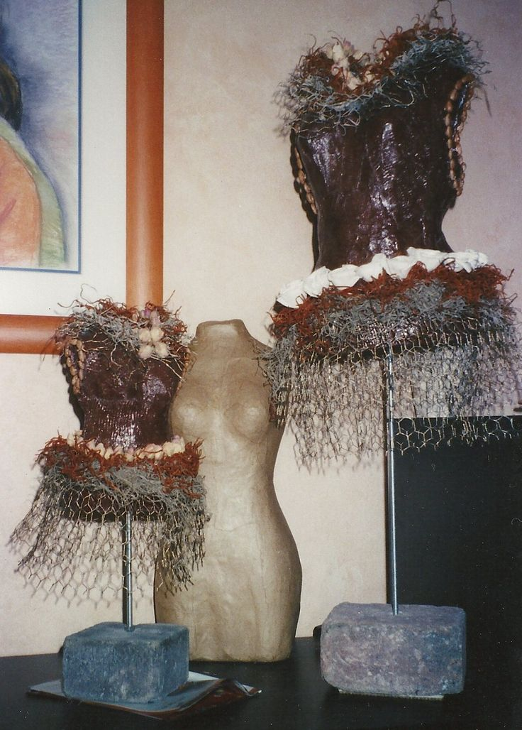 jurk van gipsverband gipsverband op een mal leggen(met plastic zak mal beschermen), zijkanten doorknippen en weer aaneen maken met een strook gipsverband. Verven in de kleur die je wil en versieren.