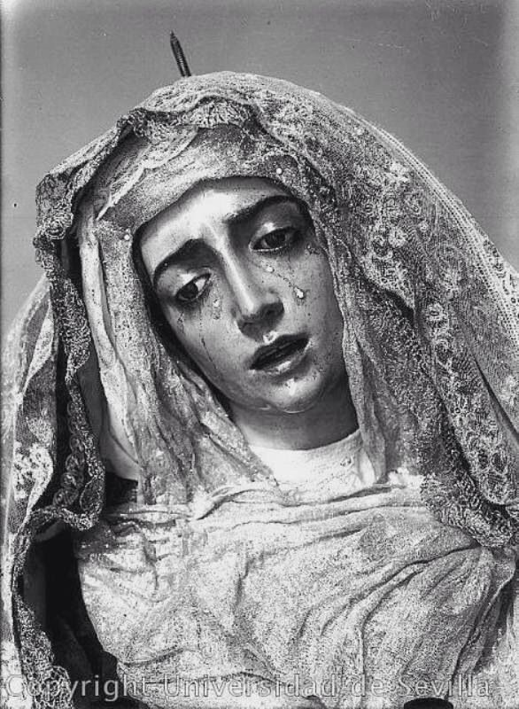 Virgen de los dolores, se encuentra en la iglesia de San Alberto ,Sevilla. Llama la atención por su parecido con la Virgen de la Amargura.