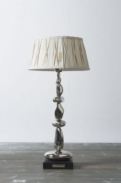 Klassisk og fin lampeskjerm fra RM. passer til de fleste lampefoter. Festes på sokkelen.
