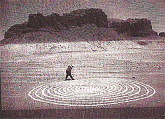 """""""Stones and Flies: Richard Long in the Sahara"""". Regista: Philip Haas. Artista: Richard Long (Francia/Gran Bretagna, 1988, 38'). Autunno 1987: lo scultore Richard Long attraversa a piedi l'Hoggar nel Sahara algerino, straordinaria regione vulcanica dal paesaggio lunare e desertico. """"Una marcia é la linea di passi, una scultira é una linea di pietre: le due cose sono interscambiabili e complementari"""". [ #RichardLong #scultore #arte #art ]"""