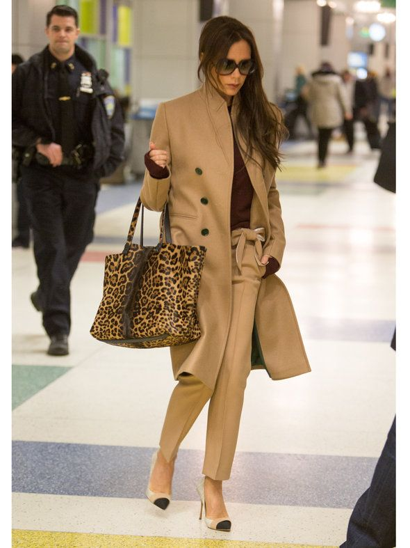 本日2月12日(月)からスタートする2015-16 NYコレクションに向けてJFK空港に到着したヴィクトリア・ベッカム。最旬スタイルから、注目のカラーリングが判明。