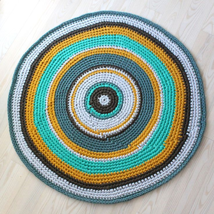 Juhuuuuu jeg er blevet færdig med Karls gulvtæppe!!! :DJeg tænkte at jeg lige kunne lave en lidt let-købt DIY. Du kan selvfølgelig sagtens bruge mindre garn og lave et mindre tæppe…:)Update: …
