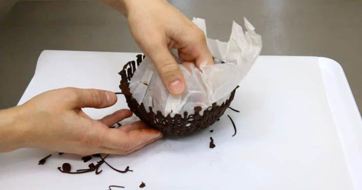 Chcete ohúriť svojich priateľov? Čo poviete na nápad naservírovať im pri najbližšej návšteve sladkosti v čokoládových miskách? Čokoládové misky, recept