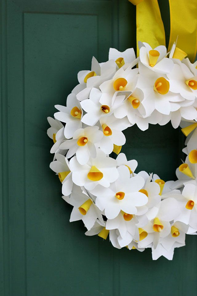 Gosh this is beautiful! Paper daffodil wreath | Pars Caeli