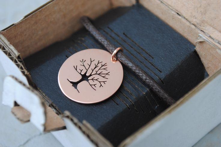 Pendente in rame con Albero della vita traforato a mano. Diametro 2 cm. Disponibile anche in ottone e argento 925.