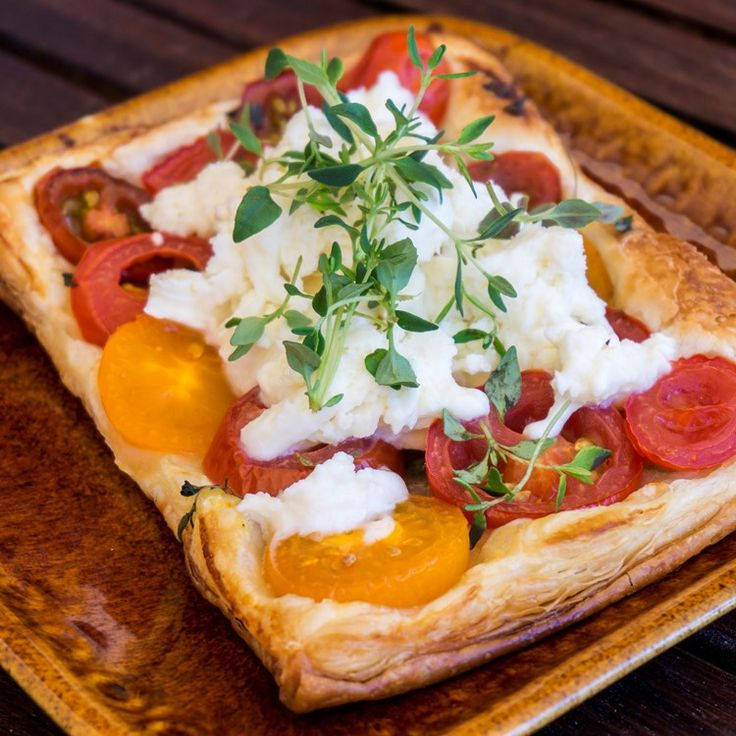 SNABB TOMATPAJ MED MOZARELLA Bästa sommarlunchen! Inget är så enkelt som en smördegspaj. Helst gör du den här tarten med tomater från trädgården, som är riktigt söta och fina.