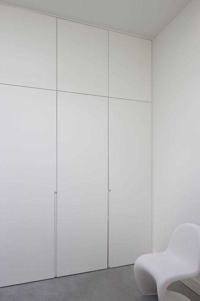 Vooraan een moderne apotheek, achteraan een donker en gesloten woongedeelte. Zo zag deze woning er voordien uit. Tot architect Kristof Van Hoof ten tonele verscheen. Hij bouwde het achterste gedeelte om tot een aangename en praktische woonruimte die baadt in het daglicht.