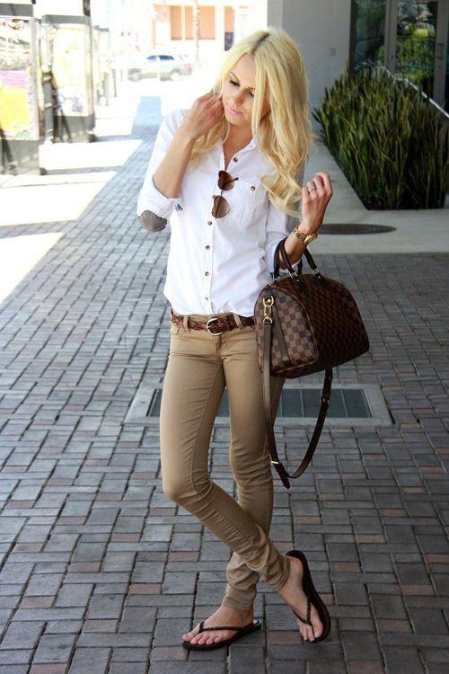 El pantalón caqui es una prenda imprescindible en tu ropero. Perfecto para ocasiones formales, pero absolutamente versátil para looks más informales y combinable con todo.