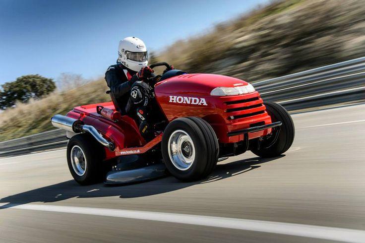 Insolite : la #tondeuse la plus rapide du monde ! @Honda a explosé le record de vitesse des tondeuses ! Avec elle il est possible de foncer à prés de 180 km/h sur piste et tondre son gazon à 24 km/h ! Merci #honda de nous faciliter cette corvée !