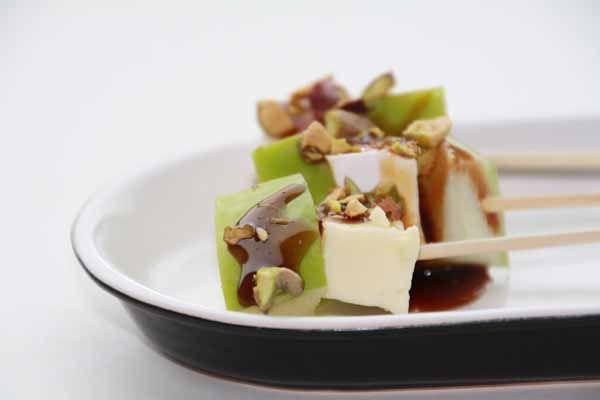 heerlijke borrelhapjes met brie appel en pistachenootjes op een spiesje - brie in combinatie met appel, dat hoor je vaker. Moet ik toch ook maar eens proberen